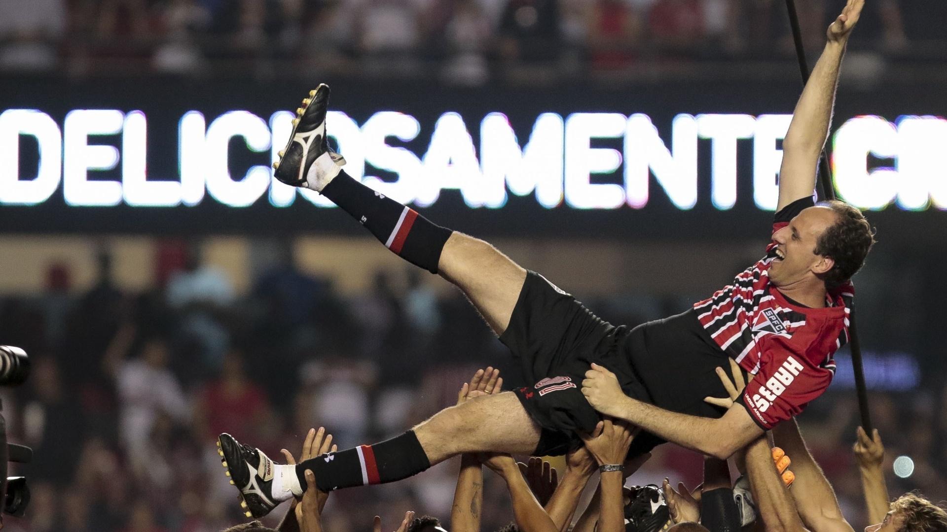 Rogério Ceni é erguido pelos companheiros, no seu jogo de despedida