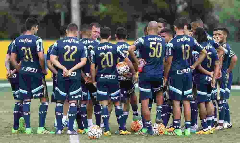 Cuca reúne os jogadores no centro do gramado no Academia de Futebol do Palmeiras - Cesar Greco/Ag Palmeiras