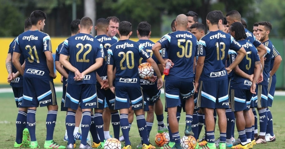 Cuca reúne os jogadores no centro do gramado no Academia de Futebol do Palmeiras