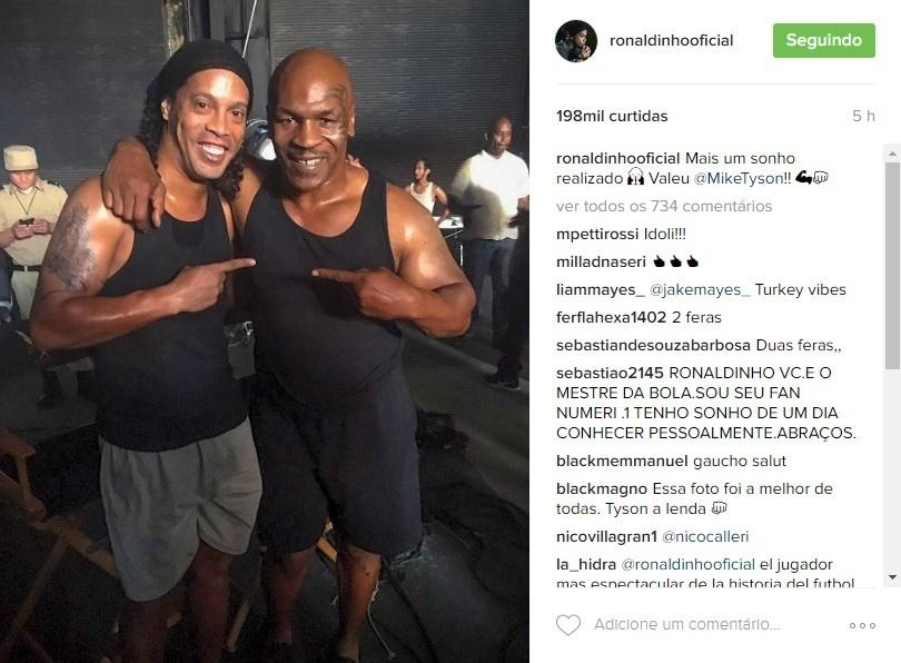 Ronaldinho Gaúcho posa ao lado de Mike Tyson em set de gravação de filme