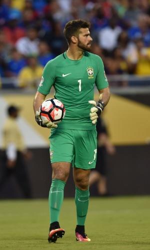 Goleiro Alisson defende bola no jogo entre Brasil e Haiti pela Copa América Centenário