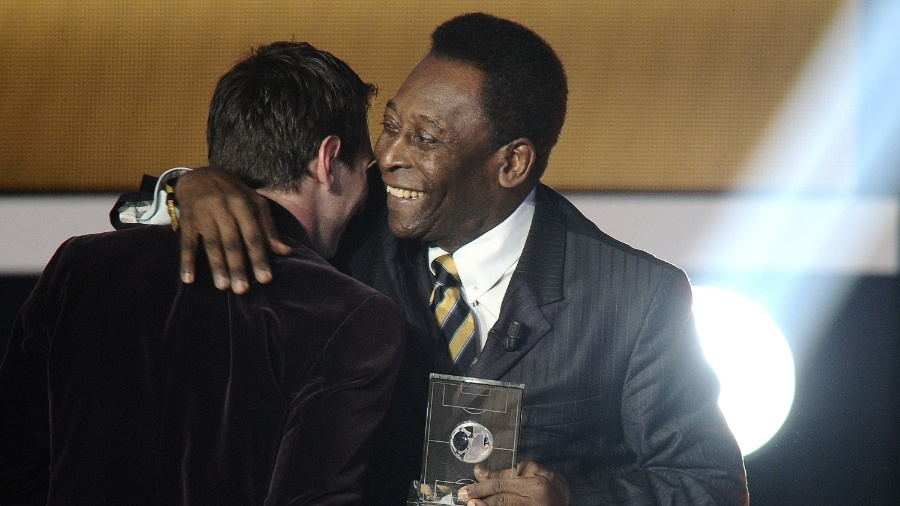 Pelé entrega prêmio a Messi durante cerimônia da Fifa - AFP PHOTO /FABRICE COFFRINI