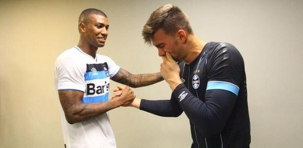 Léo chora e é cumprimentado por Walace após estreia pelo Grêmio contra o Palmeiras
