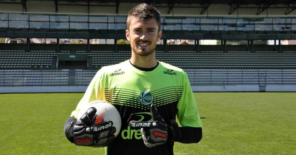 Elias, novo goleiro da Chapecoense, posa com a camisa do Juventude