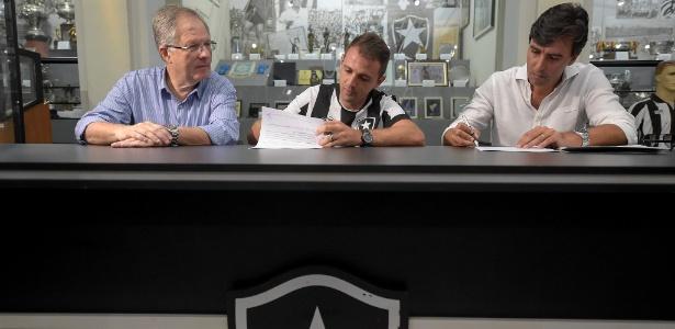 Montillo assinou contrato com o Botafogo e foi bastante festejado pela torcida