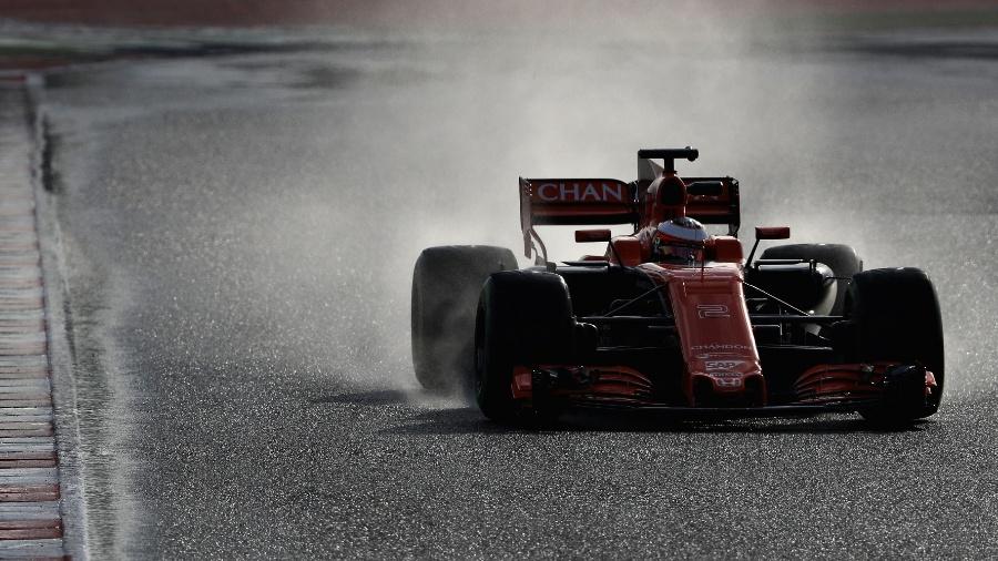 Stoffel Vandoorne com a McLaren no teste de pneus de chuva da Pirelli - Mark Thompson/Getty Images