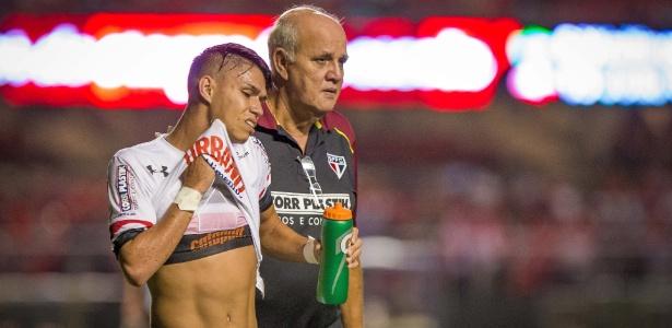 """Luiz Araújo ao lado do médico José Sanchez; atacante é considerado """"disperso"""""""
