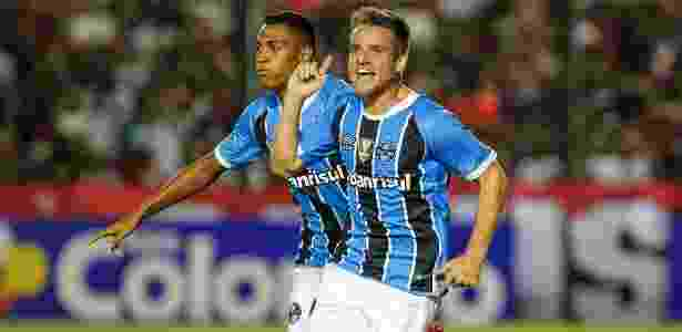 Ramiro (centro) deve ser fixado como volante e Léo Moura ganhar sequência no meio - LUCAS UEBEL/GREMIO FBPA