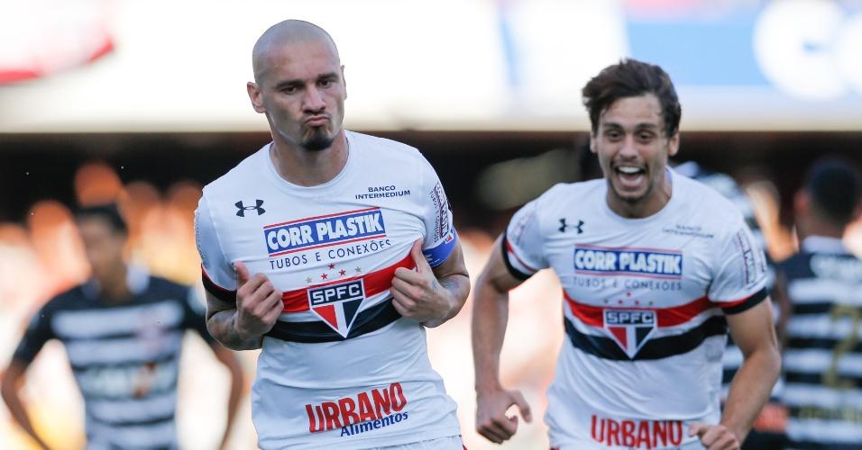 Maicon comemora gol do São Paulo contra o Corinthians, no Morumbi