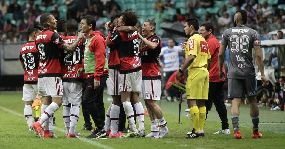 Jogadores do Flamengo e o técnico Zé Ricardo comemoram o gol na vitória sobre o Bahia