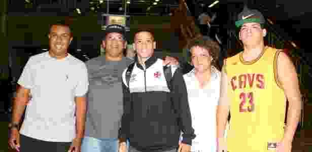 Paulinho foi recebido pela família no aeroporto após a vitória sobre o Atlético-MG - Paulo Fernandes / Flickr do Vasco