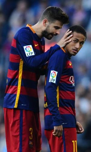 Piqué conversa com Neymar durante partida do Barcelona