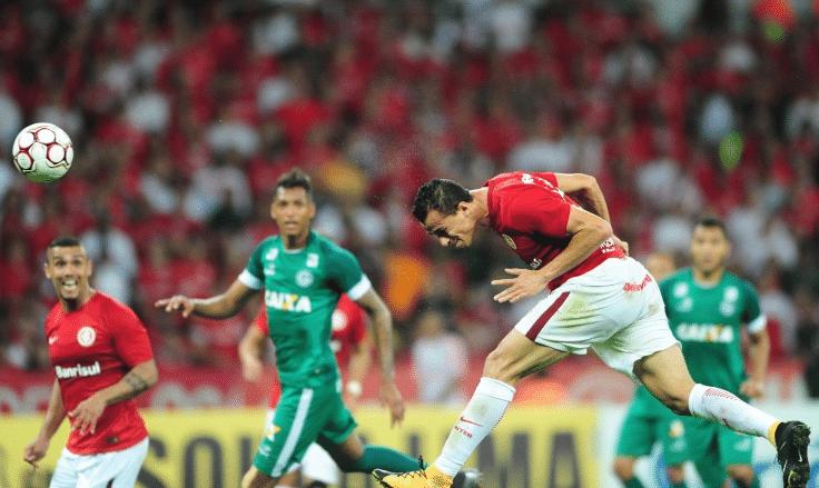 Leandro Damião cabeceia no jogo entre Internacional e Goiás