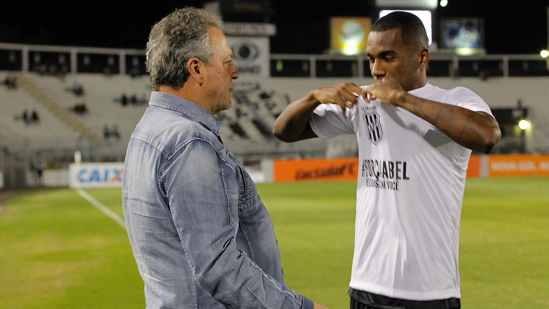 Técnico Abel Braga recebe homenagem antes da partida entre Ponte Preta e Fluminense pelo Brasileirão