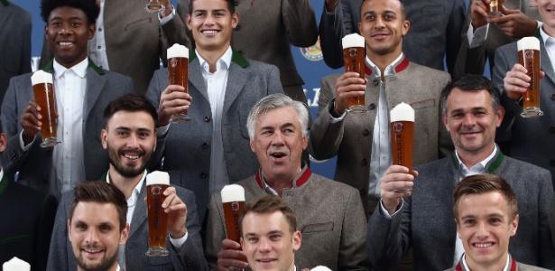 Em setembro, astros que derrubariam Ancelotti fizeram propaganda de cerveja com ele