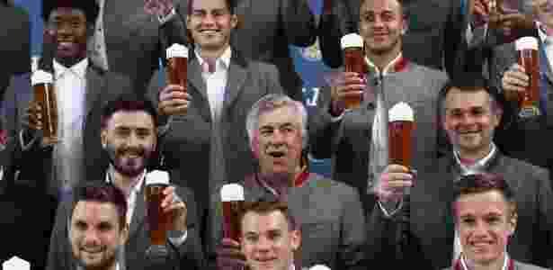 Em setembro, astros que derrubariam Ancelotti fizeram propaganda de cerveja com ele - Alex Grimm/Getty Images