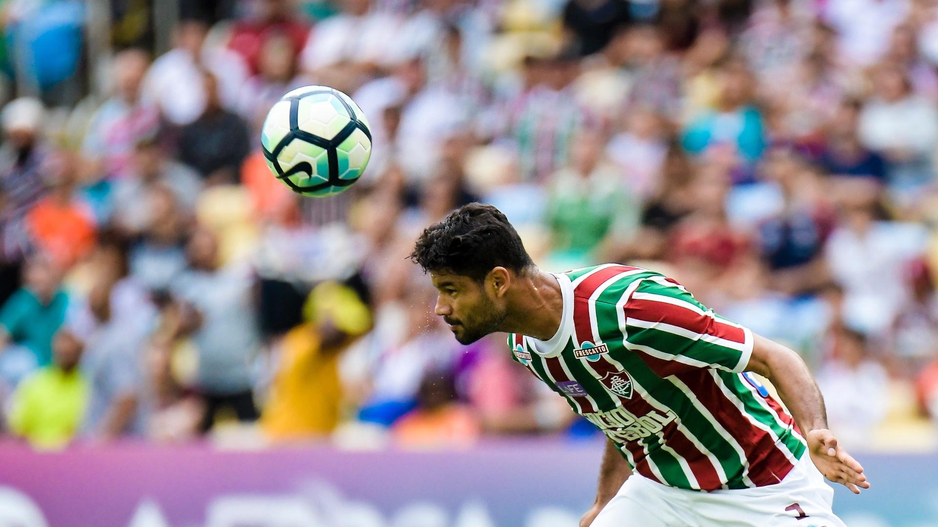 O zagueiro Gum, do Fluminense, toca a bola de cabeça no jogo contra o Avaí