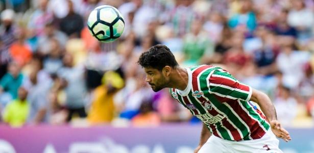 Zagueiro Gum, do Fluminense, em ação durante jogo contra o Avaí