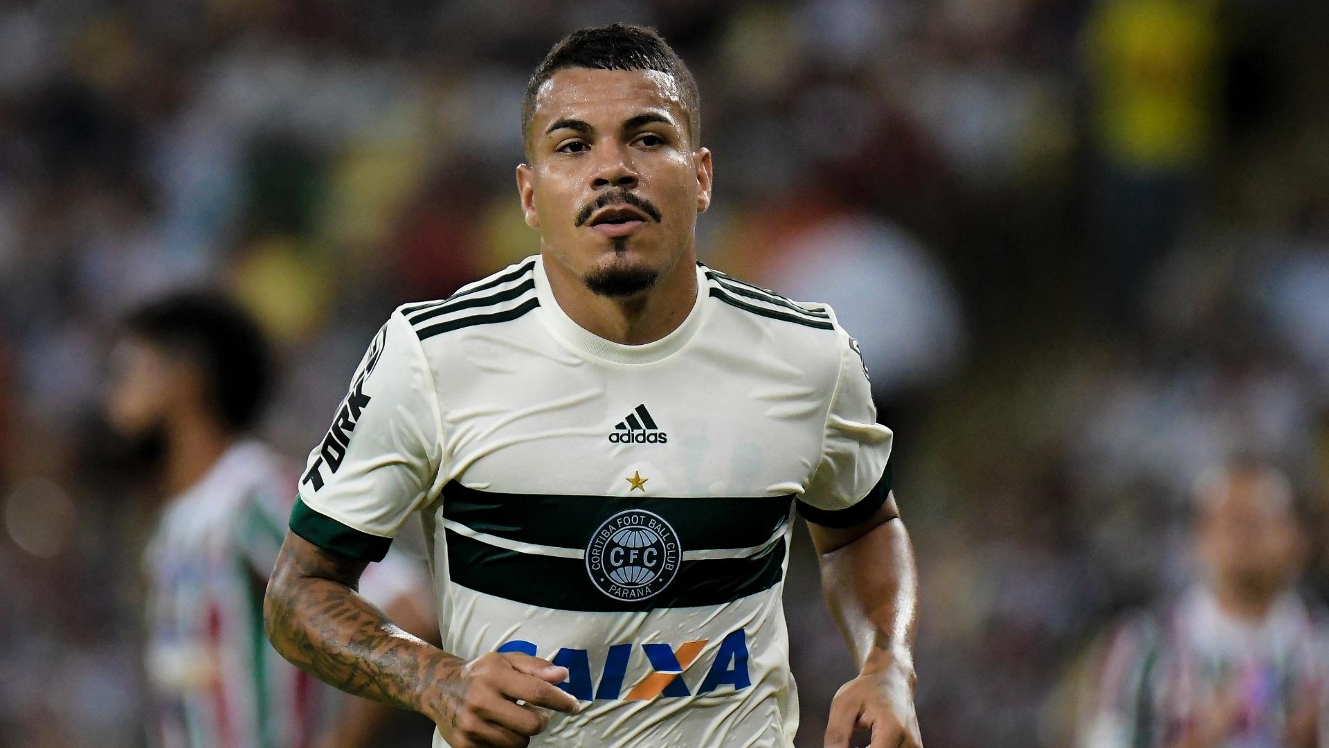 Carleto em ação pelo Coritiba durante jogo contra o Fluminense