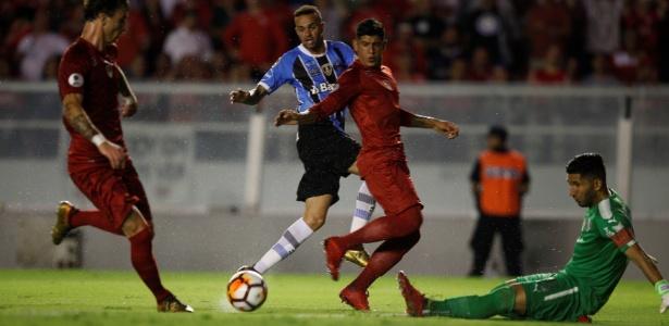 Luan (ao fundo) foi o destaque do Grêmio em jogo contra o Independiente-ARG