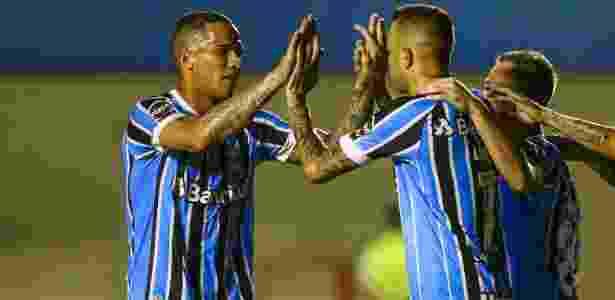 Luan e Jael comemoram após discutir sobre quem bateria pênalti no Grêmio - Lucas Uebel/Grêmio