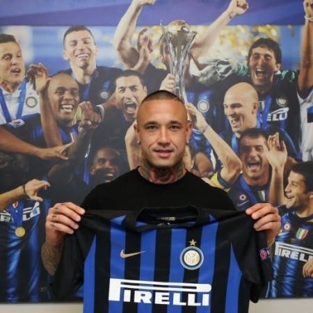 Nainggolan posa com a camisa da Inter de Milão  - Inter/Divulgação