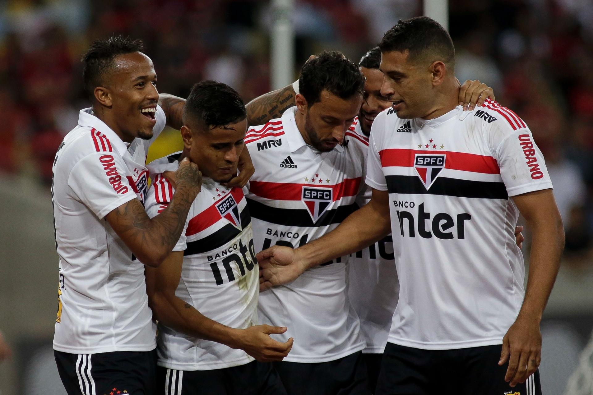 São Paulo segura pressão do Fla e se torna vice-líder com gol de Everton -  18 07 2018 - UOL Esporte 0b810436b5200