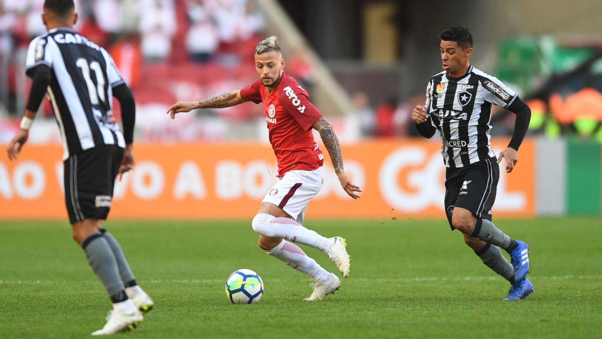 O atacante Nico Lopez em lance do jogo entre Internacional e Botafogo