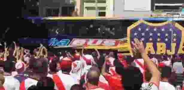 Ônibus do Boca Juniors é atingido por pedras atiradas por torcedores do River Plate - Reprodução