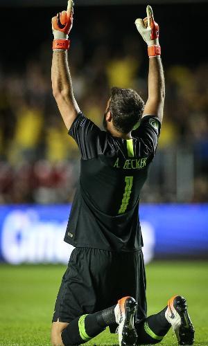 Alisson comemora gol do Brasil durante partida contra o Bolivia pela Copa America