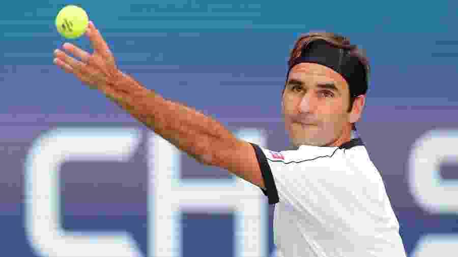 Roger Federer em ação no Aberto dos Estados Unidos em jogo contra Daniel Evans - Elsa/Getty Images