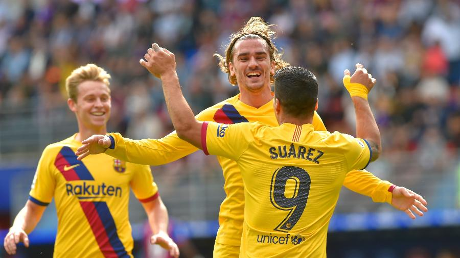 Griezmann comemora com Suárez gol do Barcelona sobre o Eibar  - ANDER GILLENEA / AFP