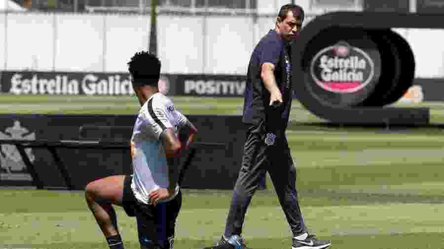 Treinador que passou por procedimento médico na segunda-feira orienta o zagueiro Gil durante treino no CT - Daniel Augusto Jr./Agência Corinthians