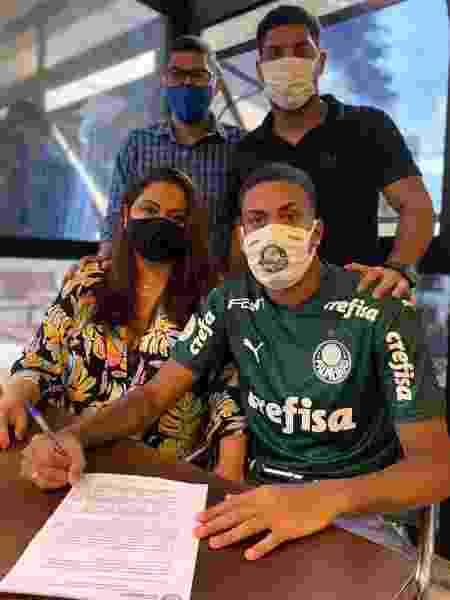 Ruan, filho de Narciso, assina primeiro contrato profissional com Palmeiras ao lado da família - Vinicius Vieira/V2MM