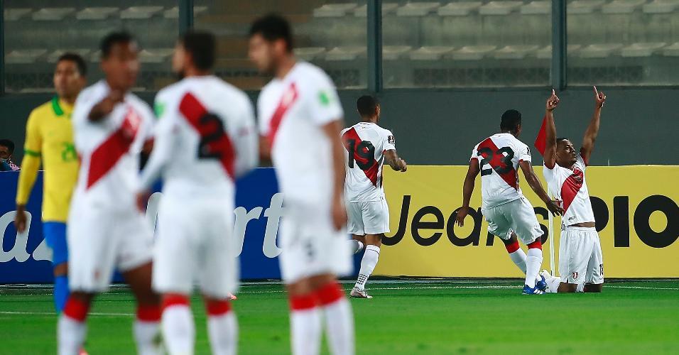 Jogadores do Peru comemoram gol marcado contra o Brasil