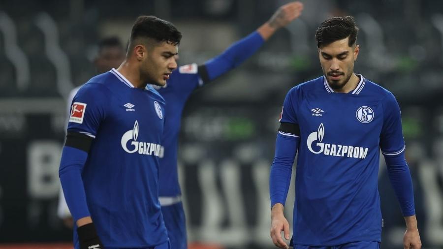 Jogadores do Schalke 04 lamentam mais uma derrota no Campeonato Alemão - Lars Baron/Getty Images