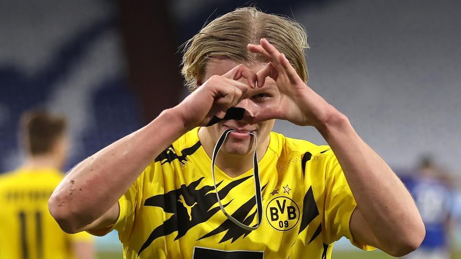 Haaland comemora após marcar no clássico entre Borussia Dortmund e Schalke 04 - Lars Baron/Getty Images