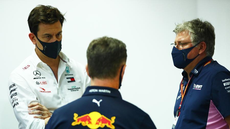 Toto Wolff, Christian Horner e Otmar Szafnauer conversam no paddock da F1 - Dan Istitene/Formula 1 via Getty Images