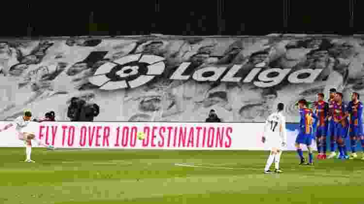 Toni Kroos cobra falta e faz o 2° gol do Real Madrid no clássico contra o Barcelona, pelo Campeonato Espanhol - Sergio Perez/Reuters - Sergio Perez/Reuters