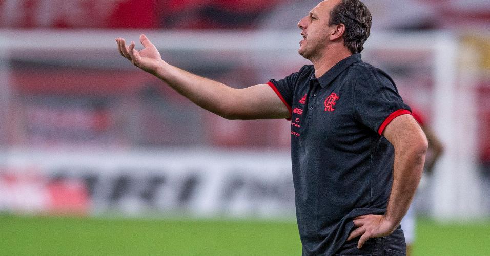 Rogério Ceni orienta jogadores do Flamengo em clássico contra o Vasco