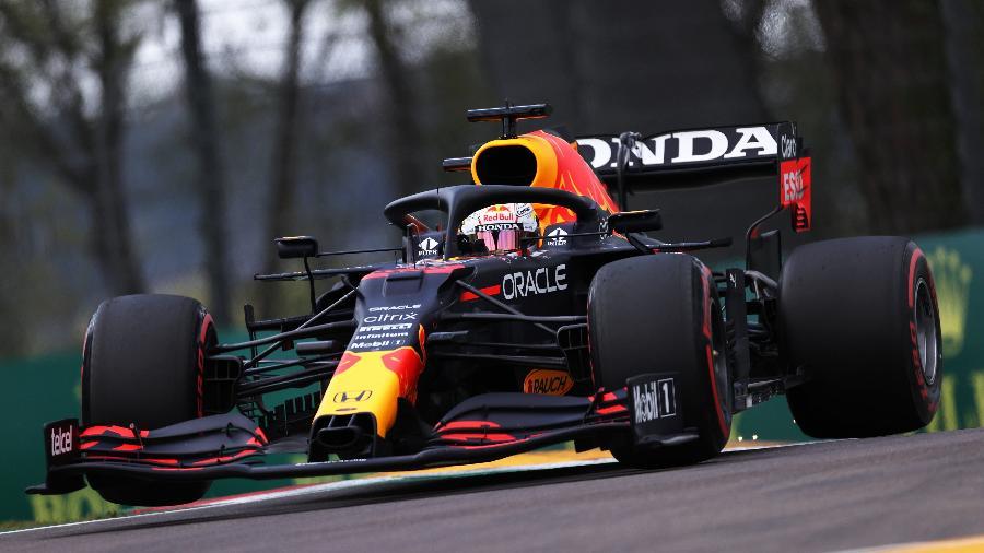 Max Verstappen, da Red Bull, em ação durante treino classificatório de Imola em 17 de abril de 2021 - Lars Baron/Getty Images