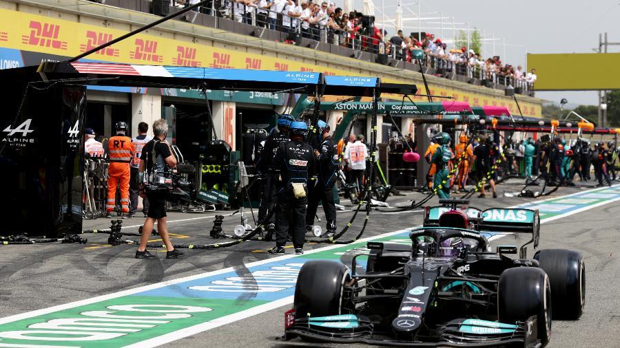 Hamilton faz parada de boxes durante o GP da França - Peter Fox/Getty Images