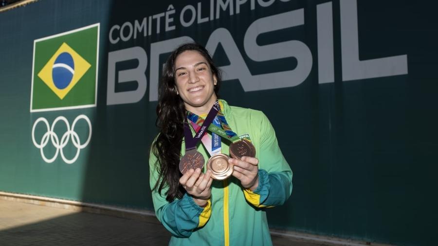 De volta ao Brasil, Mayra Aguiar exibe medalhas olímpicas -  Thiago Diz