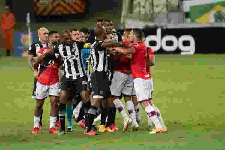 Jogadores de Ceará e Atlético-GO discutem durante jogo do Brasileirão - Kely Pereira/AGIF - Kely Pereira/AGIF