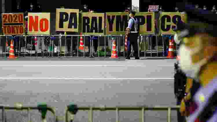 Cartaz nos arredores do estádio Olímpico mostra insatisfação diante de realização das Paralimpíadas - Issei Kato/Reuters - Issei Kato/Reuters