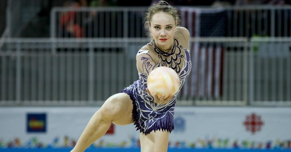 Angélica Kvieczynski em sua apresentação com bola na ginástica rítmica do Brasil no Pan de Toronto