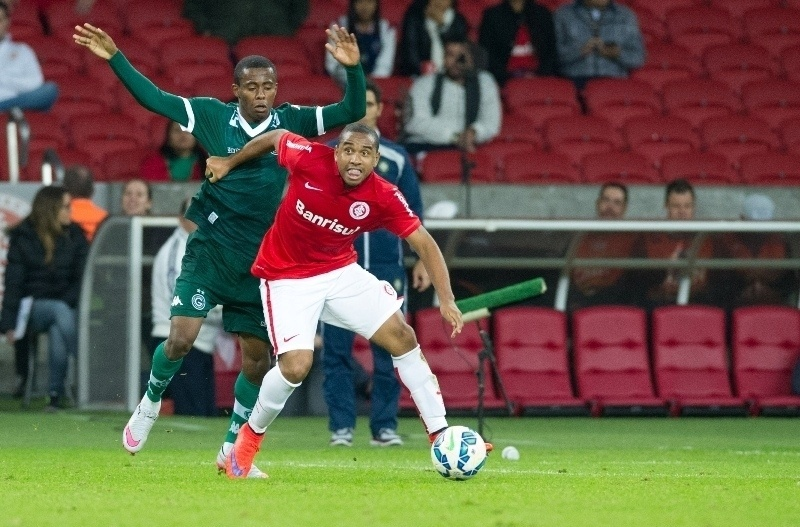 Anderson protege a bola da marcação no jogo entre Inter e Goiás, no Beira-Rio, válido pelo Campeonato Brasileiro