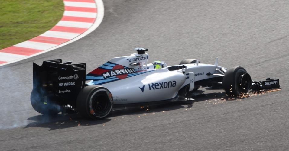 27.set.2015 - Felipe Massa tenta levar sua Williams aos boxes. Pneu do carro do brasileiro furou após toque em Daniel Ricciardo logo depois da largada do GP do Japão