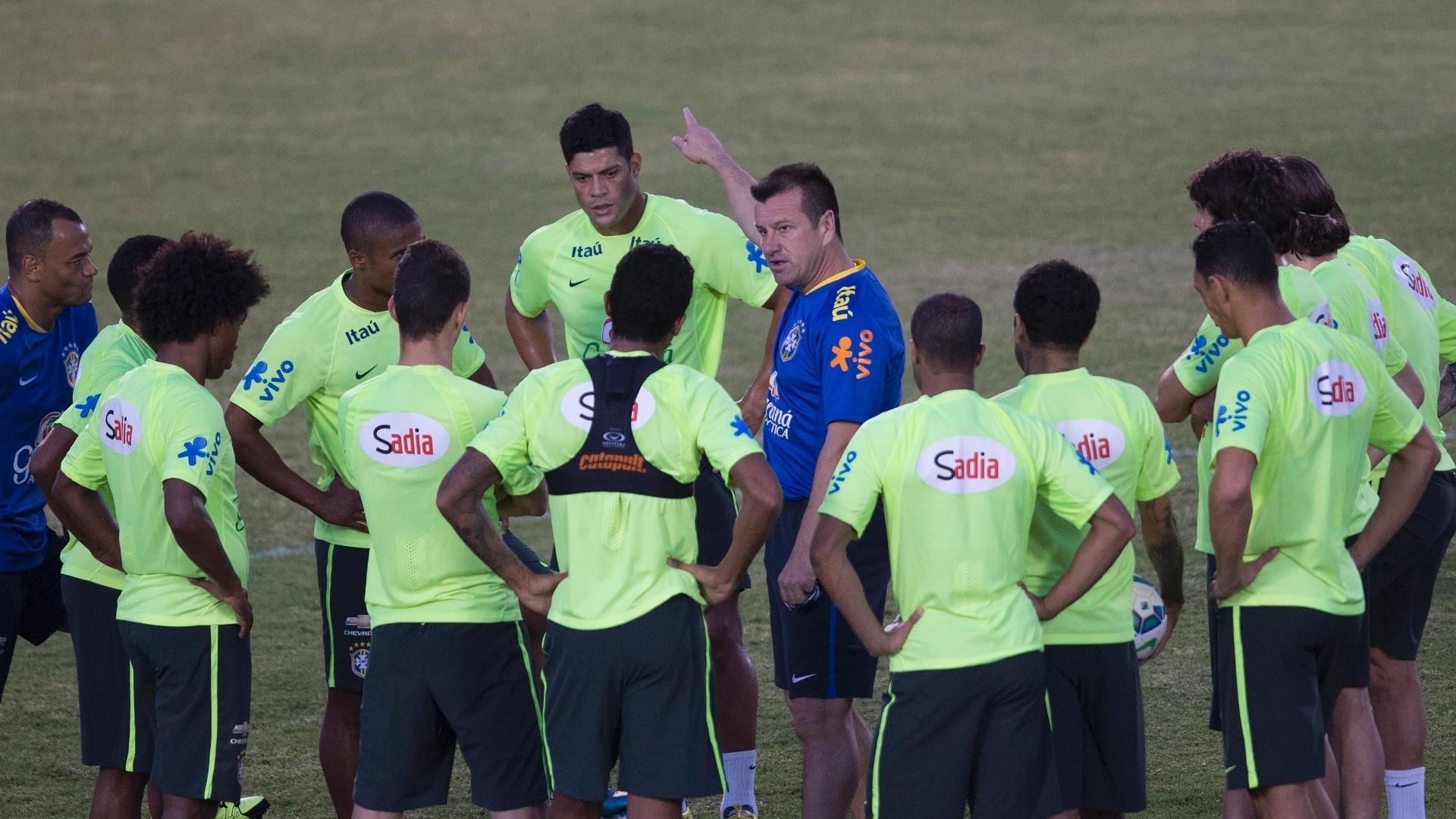 Dunga conversa com atletas durante treinamento deste sábado (10) em Fortaleza