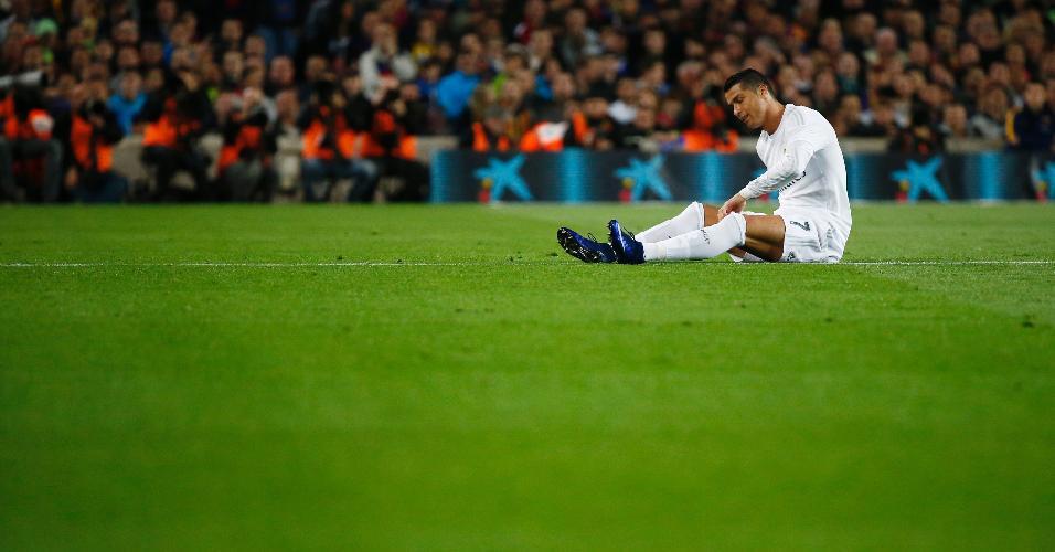 Detalhe de Cristiano Ronaldo se lamentando sobre o gramado durante o clássico entre Real Madrid e Barcelona, pelo Campeonato Espanhol